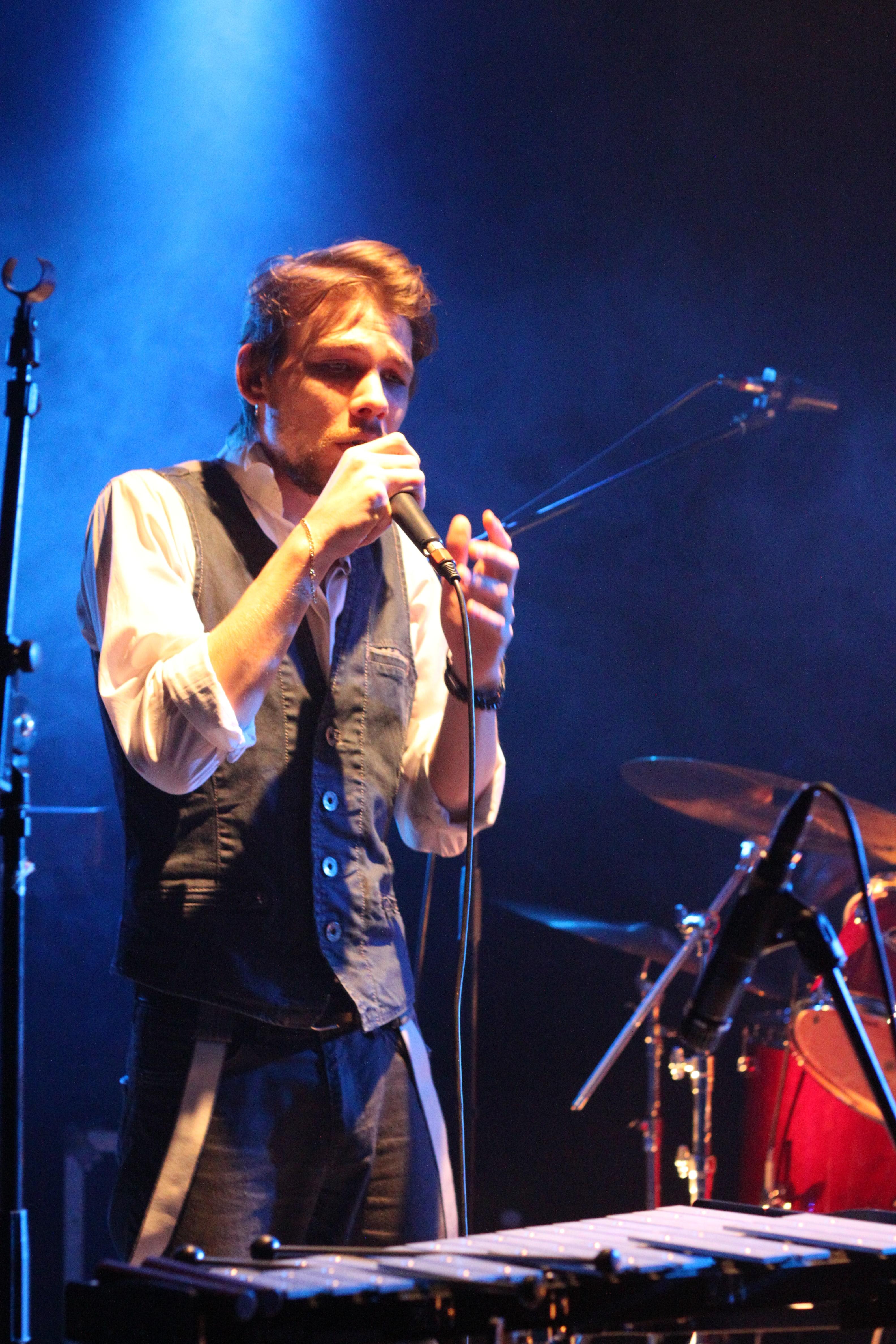 Robin alias Ilyr au chant pendant un concert
